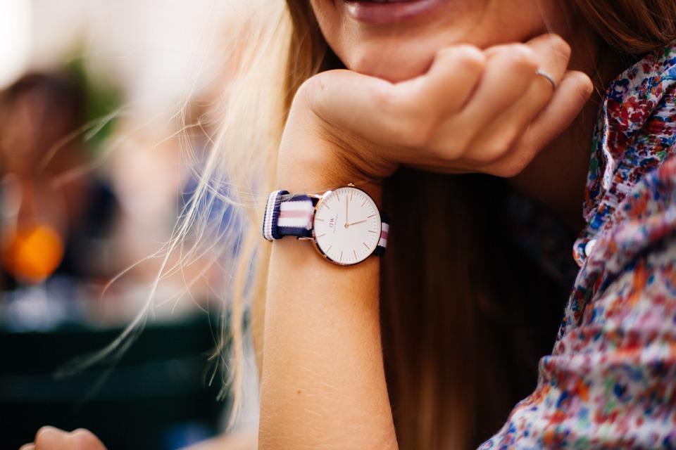 modny zegarek na ręku