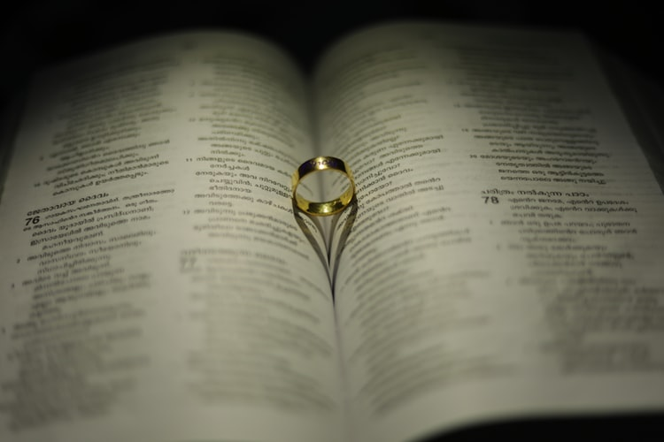złoty pierścionek z topazem